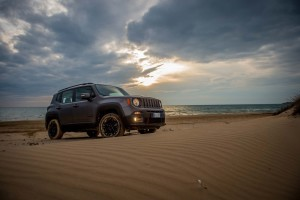 arriva-in-italia-la-serie-speciale-renegade-night-eagle-160112_jeep_renegade-night-eagle_01